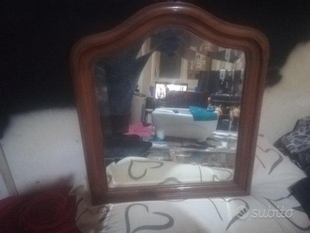 Specchio con cornice in legno antico ben tenuto