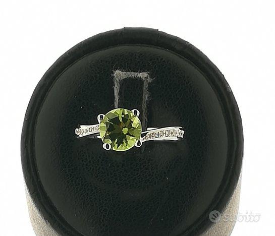 Anello in oro con diamanti e peridot verde