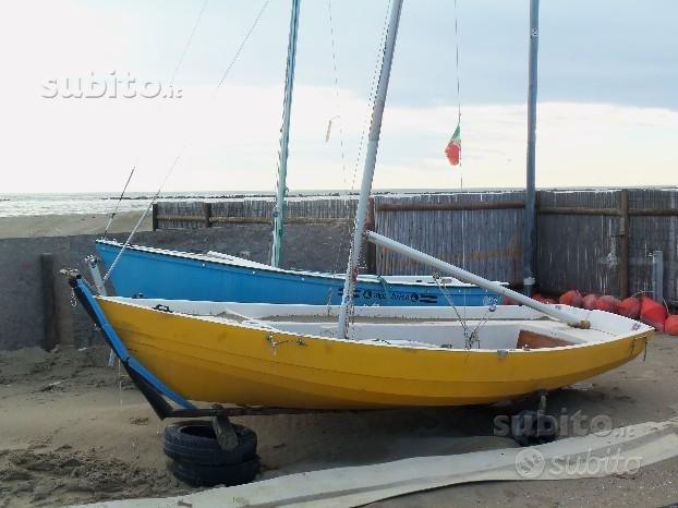 Piccola imbarcazione a vela