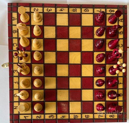 Stupenda scacchiera e scacchi in legno -