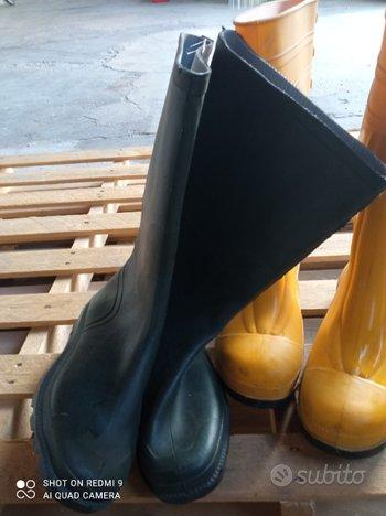Stivali verdi o gialli dal ginocchio