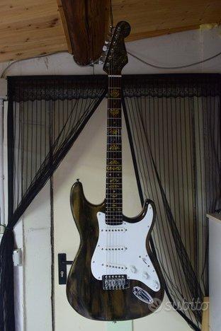 Chitarra Stratocaster nera e oro