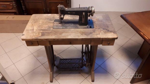 Tavolo con macchina cucire necchi