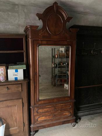 Armadio antico con specchio e cassetti