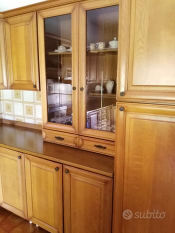 Grande cucina con ante in legno stufa economica