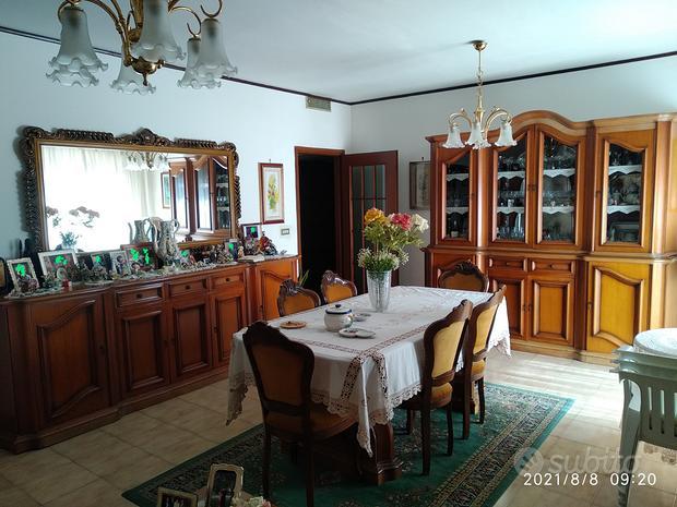Sala da pranzo e divano
