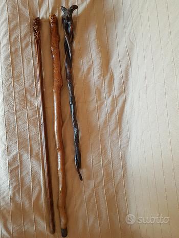 Tre bastoni antichi scolpiti da museo molto vecchi