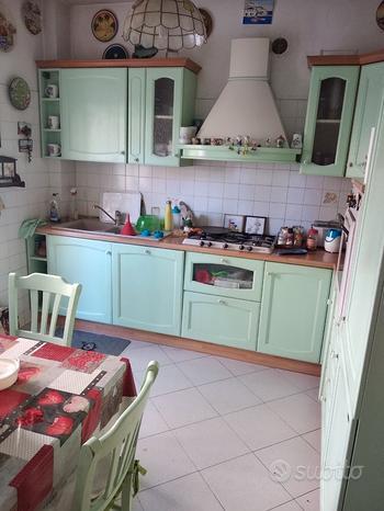 Cucina in legno con elettrodomestici funzionanti