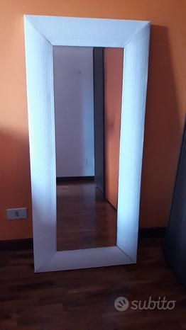 Specchio da parete con cornice in eco-pelle