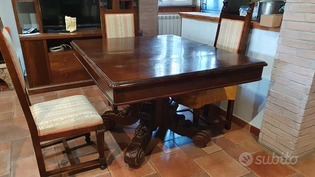 Mobili antichi (tavolo con sedie) e vetrina