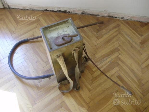 Antico spruzzatore vecchio attrezzo da lavoro