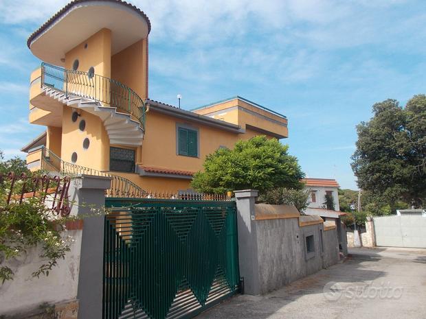 Villa di prestigio su 3 livelli, Pinetamare