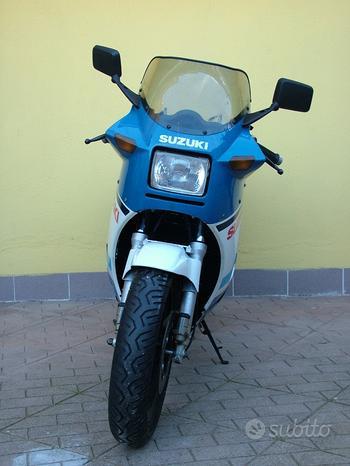 Suzuki RG 500 gamma blu bianco motore a rodaggio