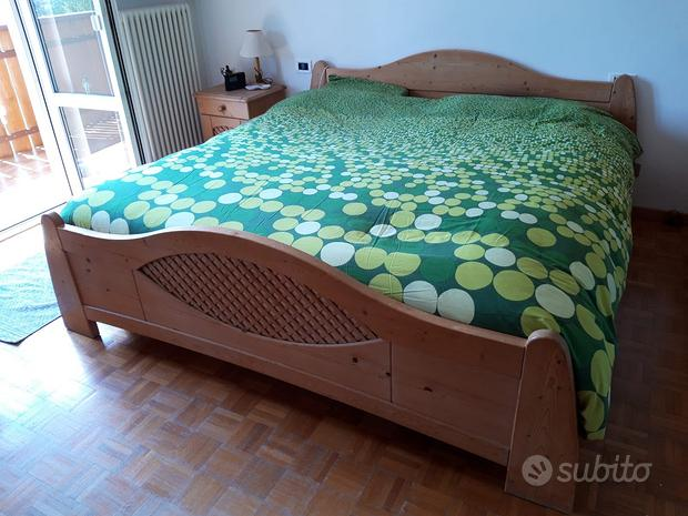 Stanza da letto matrimoniale in legno d'abete