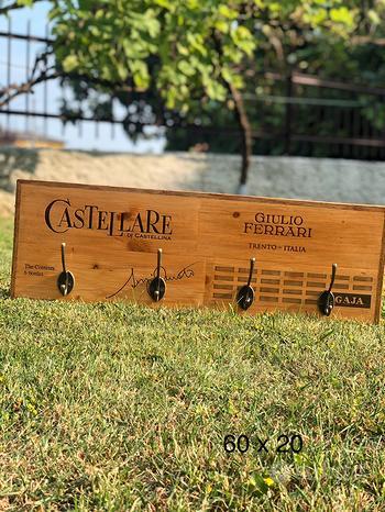 Appendiabiti in legno con cassette del vino