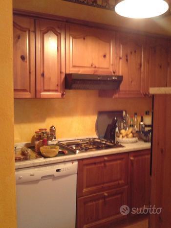 Cucina in massello di ciliegio con elettrodomestic
