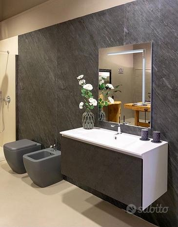 Mobile bagno nuovo con lavabo e rubinetteria
