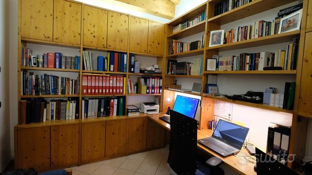 Grande libreria frazionabile con piano di lavoro