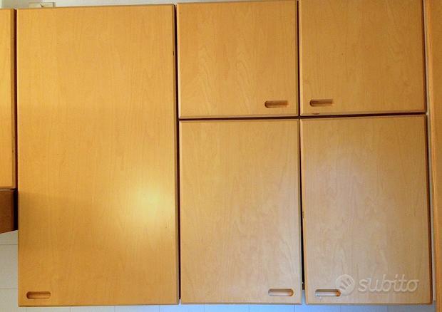 Elementi pensili da cucina con ante in legno