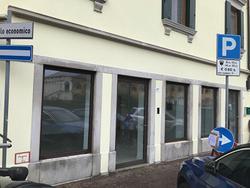 Udine via Pracchiuso locale commerciale vetrinato
