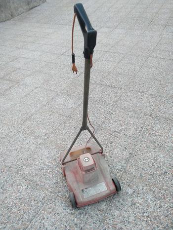 Vecchio tagliaerba elettrico Black & Decker