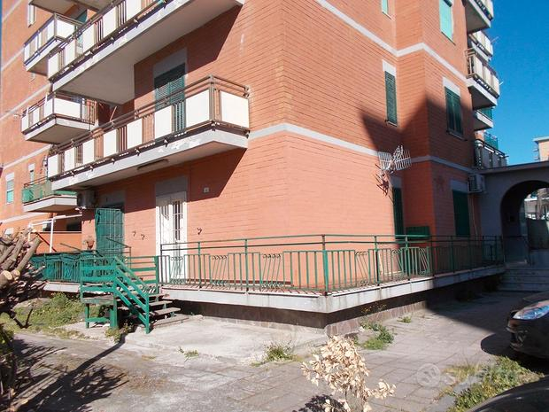 Appartamento su piano rialzato, centro Pinetamare