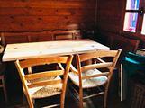 Tavolo rustico e cassapanca (4 sedie)