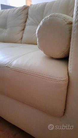 Bel divano color panna a 2 posti