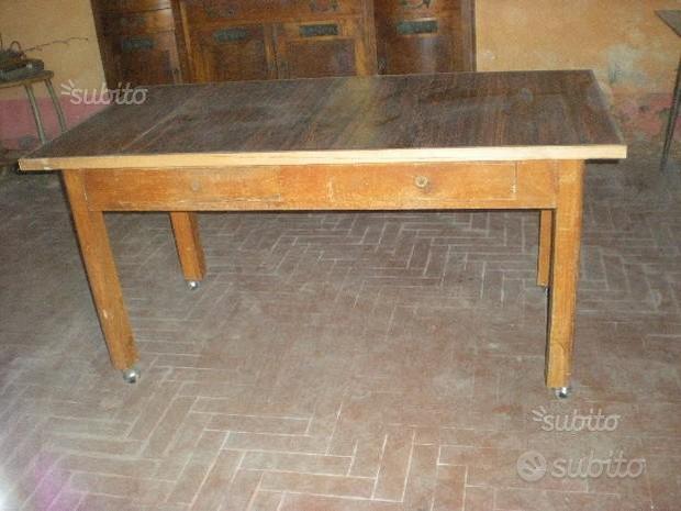 Vecchio tavolo con cassetti