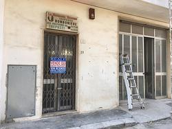 Trepuzzi : Locale Deposito con ampio scoperto