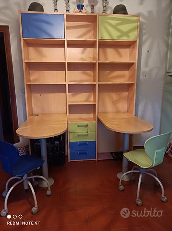 Libreria con due scrivanie a penisola e due sedie