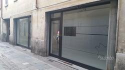 Negozio con due vetrine fronte strada