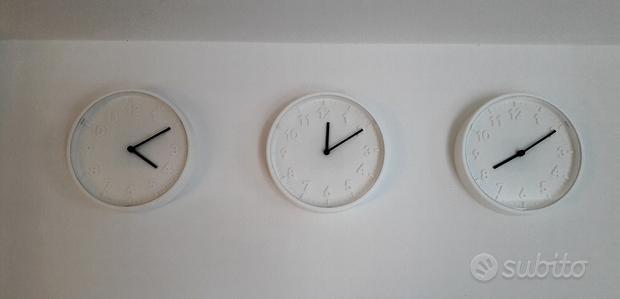Tre orologi bianchi da parete