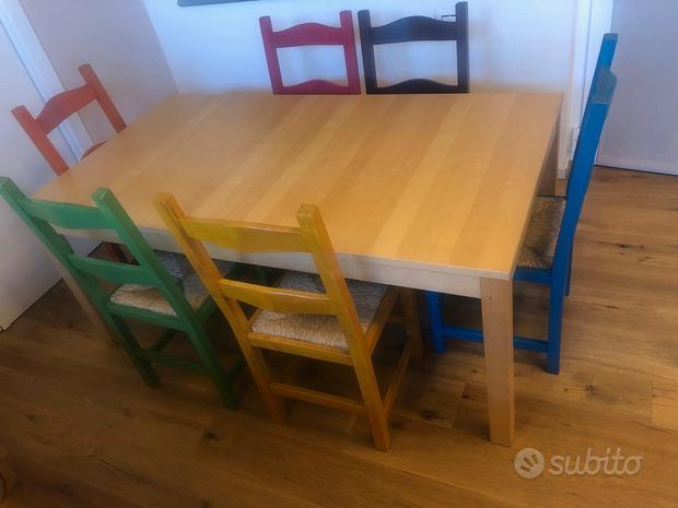 Tavolo in betulla con sedie in legno colorate