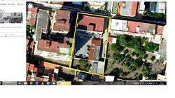 Palazzo con ampio parcheggio e capannoni