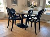 Tavolo Tulip ovale in marmo nero e 4 sedie Kartell