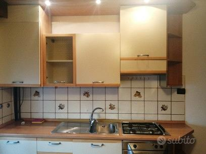 Cucina e divano e armadio a ponte