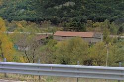 Capannone e tettoia aperta vicino ferrovia