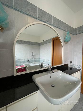Grande specchio con cornice in legno bianco