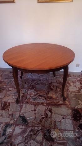 Tavolo circolare con sedie