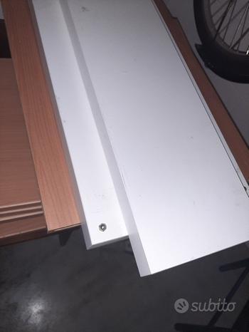 Scaffali in legno bianchi