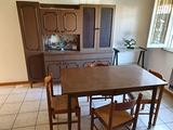 Sala pranzo tavola con 4 sedie e credenza