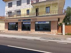 Negozio vetrinato vendita Manzano centro