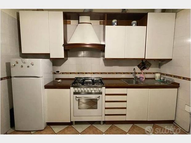 Cucina, forno, cappa, lavello e piano cottura
