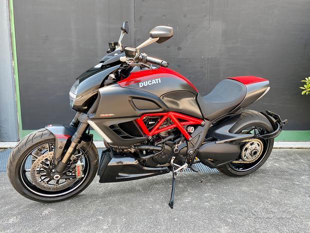 Ducati diavel carbon red