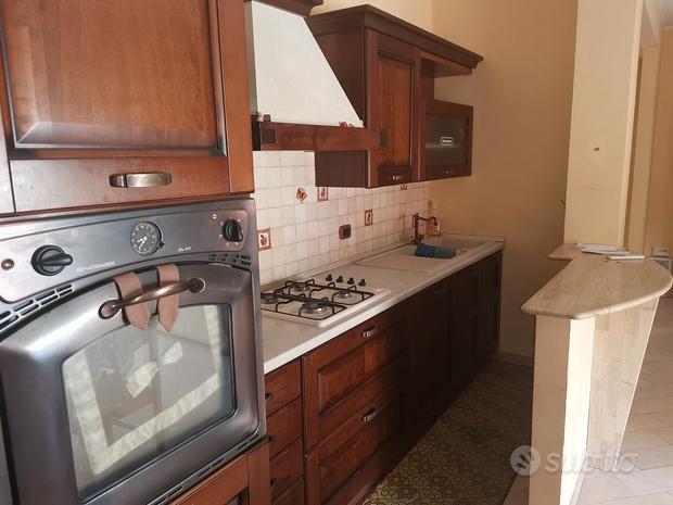 Cucina parete attrezzata con divano