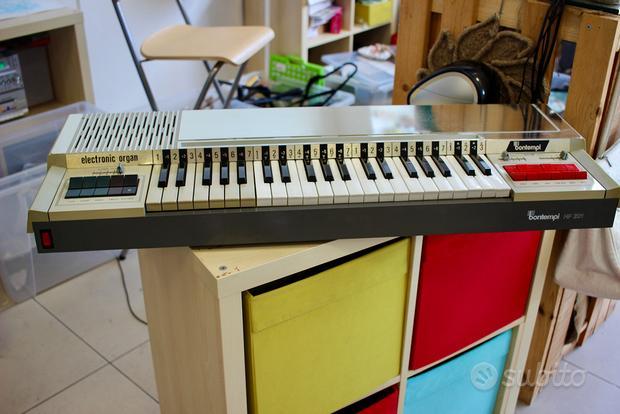 Organo elettronico Bontempi con spartiti musicali