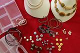 Bigiotteria perle, pietre ed espositori
