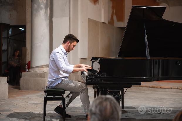 Insegnante di pianoforte, solfeggio e armonia