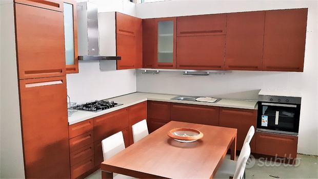 Cucina in legno --di mostra-